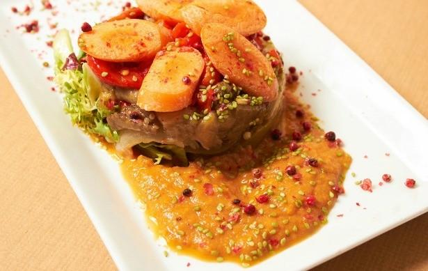 Ensalada de verduras asadas con salsa romesco