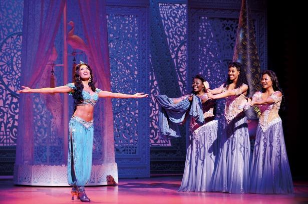 Más de 2,1m de cristales de Swarovski iluminan el musical londinense Aladdin Image