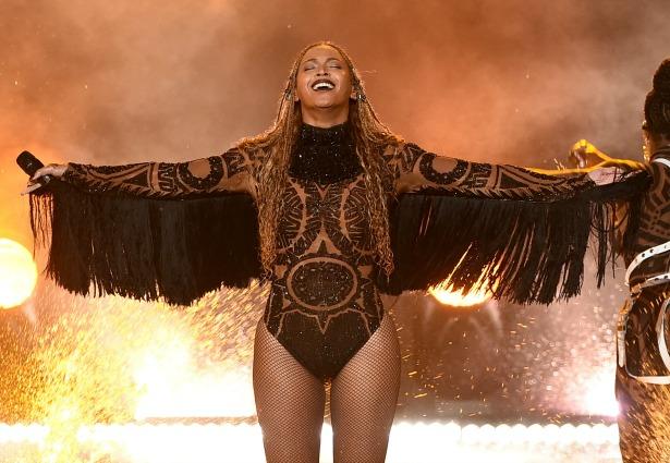 Beyoncé brilla con un diseño único embellecido con miles de cristales de Swarovski gala Bet Image