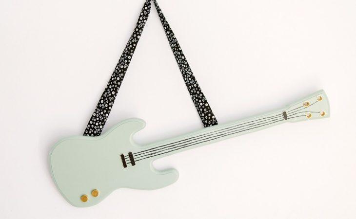 Para decorar y jugar, las guitarritas de Macarena Bilbao Image
